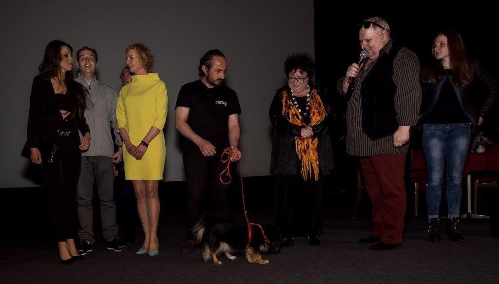 Aktorzy ITAN na scenie zaraz po pokazie. Mieczysław Baczyński ze swoim psem, który wystąpił w filmie.