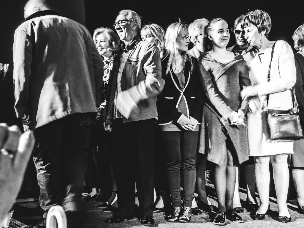 Aktorzy ITAN na scenie przyjmują gratulacje