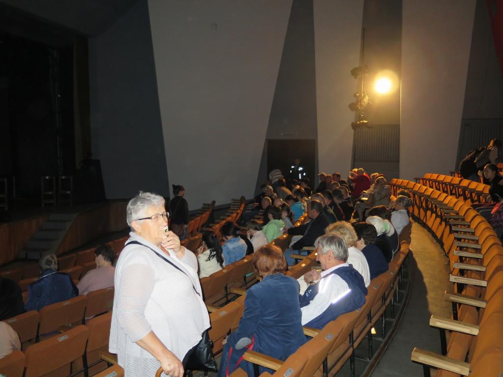 Publiczność zbierająca się na spektakl w proszowicach. Widownia jeszcze niepełna.