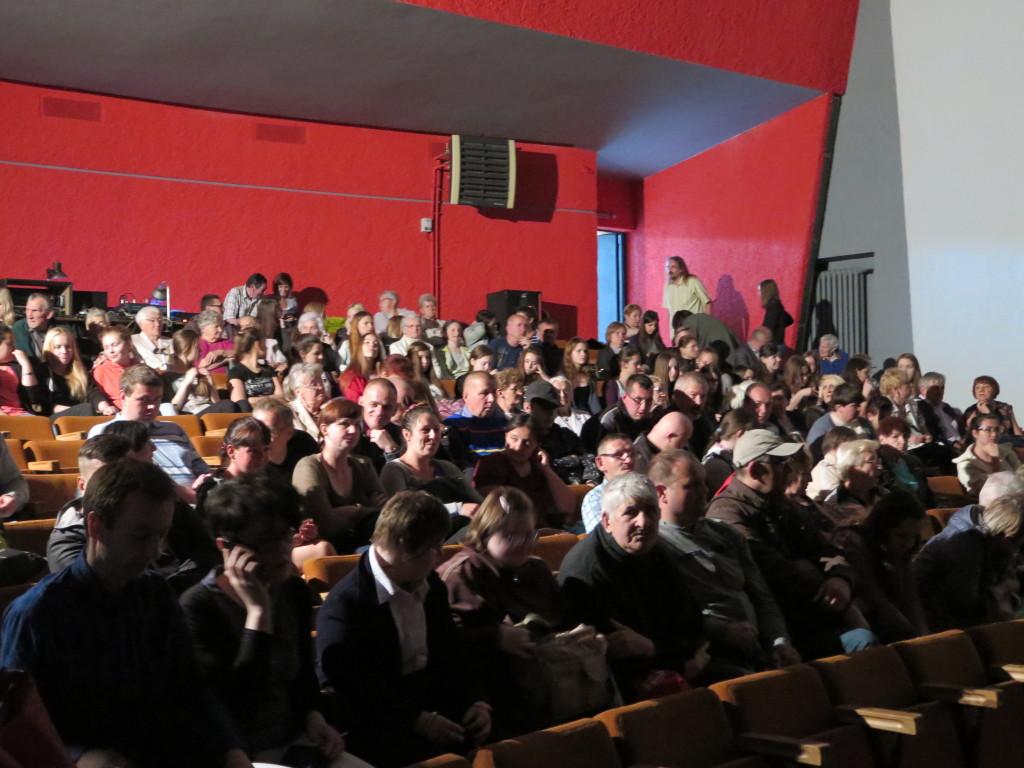 Zdjęcie publiczności od przodu