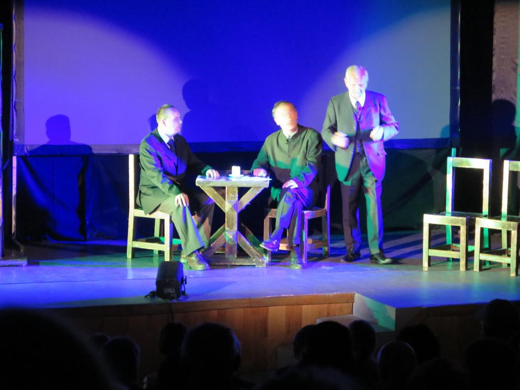 Aktorzy na scenie w Proszowicach podczas spektaklu brat naszego boga